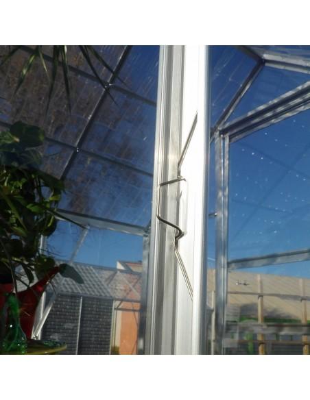 Clips en métal sur notre serre style verre pour plaquer les panneaux en polycarbonate à la structure.
