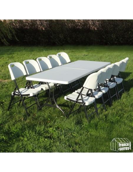 Nos chaises pliantes en Polyéthylène autour d'une table rectangulaire de 2,44m