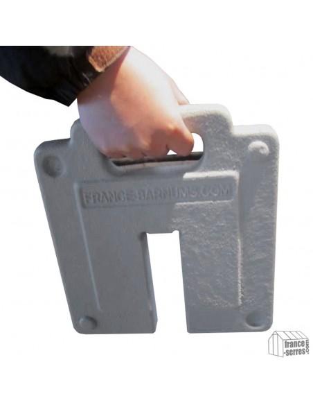 Poignée intégrée pour faciliter le transport de votre lest en fonte de 13,5kg pour tonnelle pliante