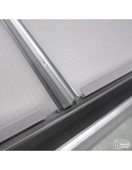 Zoom sur les baguettes anti-vent sur le toit de notre serre en aluminium pour rigidifier la structure.