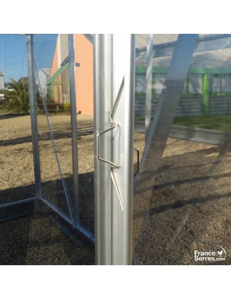 Serre polycarbonate avec maintien des panneaux par clips et baguettes
